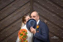 Brautpaar_versteckt_sich_hinter_hut