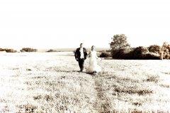 Brautpaar_auf_Wiese.jpg