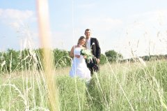 Brautpaar_in_Wiese.jpg