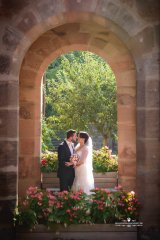Brautpaar_in_steinbogen.jpg