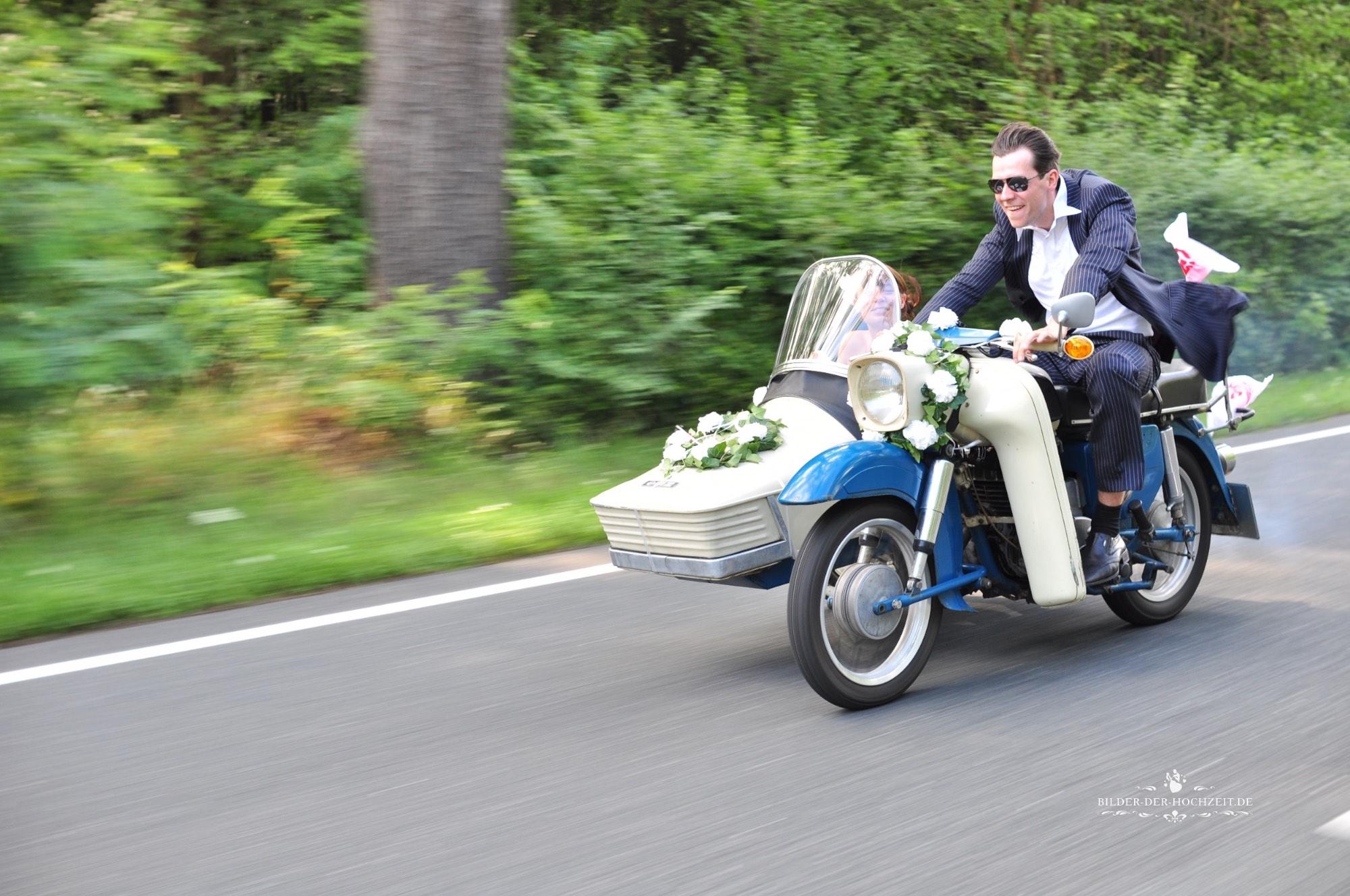 Brautpaar_auf_Motorrad.jpg
